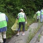 国道沿いのポイ捨てゴミを拾う。